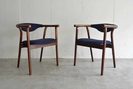 秋田木工のビンテージアームチェア が入荷しました。昭和30年代のデザインでしょう。フレームはブナの無垢材使用で、張り地は濃紺のファブリックに張り替え済みです。